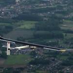 """L'avion solaire """"Solar Impulse"""" lors de son vol de Payerne (Suisse) à Bruxelle (Belgique)."""